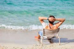 Человек ослабляя на пляже Стоковое Изображение RF