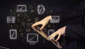 Человек отжимая интерфейс касания руки таблетки таблицы с значками средств массовой информации Стоковая Фотография