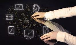 Человек отжимая интерфейс касания руки таблетки таблицы с значками средств массовой информации Стоковые Изображения RF