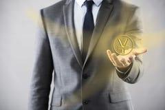 Человек отжимая кнопки с японскими иенами Стоковые Изображения RF