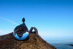 Человек отраженный внутри хрустального шара Стоковые Фото