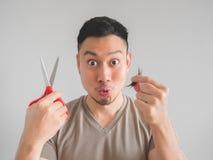 Человек отрезал его собственные волосы стоковое изображение