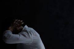 Человек отчаяния в темной комнате стоковые изображения rf