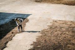 Человек от кофейных зерен засыхания Таиланда Стоковые Изображения