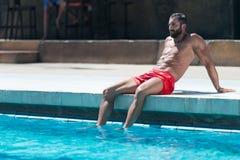 Человек отдыхая на бассейне стоковые фотографии rf