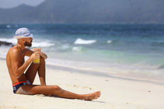 Человек отдыхая на пляже Стоковые Фотографии RF