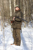 Человек охотника в темной хаки одежде в лесе Стоковое Изображение RF