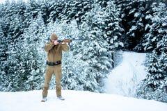 Человек охотника одел в маскировочной одежде стоя в зиме Стоковые Фотографии RF