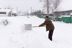 Человек очищает лопаткоулавливатель снега Стоковые Изображения RF