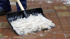 Человек очищает снег от двора Стоковое фото RF