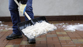 Человек очищает снег от двора Стоковая Фотография