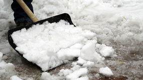 Человек очищает снег от двора Стоковые Изображения