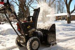 Человек очищает снег от тротуаров с snowblower Стоковое фото RF