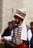Человек одетый как тахта стоковое фото