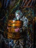Человек одел в носку и маску противогаза войск, экологичность и токсический c стоковые изображения rf