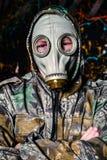 Человек одел в носку и маску противогаза войск, экологичность и токсический c стоковое фото rf