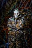 Человек одел в носку и маску противогаза войск, экологичность и токсический c стоковые фотографии rf