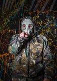 Человек одел в носку и маску противогаза войск, экологичность и токсический c стоковое изображение