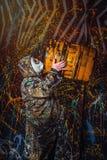 Человек одел в носку и маску противогаза войск, экологичность и токсический c стоковое фото