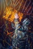 Человек одел в носку и маску противогаза войск, экологичность и токсический c стоковая фотография rf