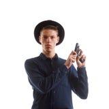 Человек перезаряжая оружие Стоковая Фотография