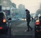 Человек пересекая дорогу Стоковые Изображения