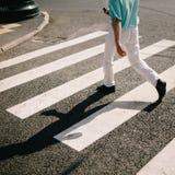 Человек пересекая дорогу Стоковые Изображения RF