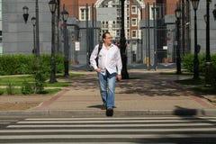 Человек пересекая дорогу Стоковые Фото