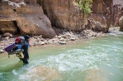 Человек пересекая The Creek Стоковые Изображения RF