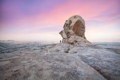Человек перед большим утесом в каменной пустыне стоковая фотография rf