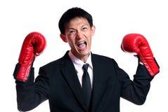 Человек перчаток бокса - концепция показывая агрессивный женский изгибая m Стоковое фото RF