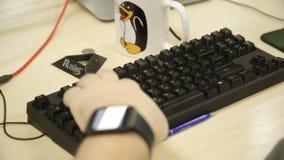 Человек печатает клавиатуру компьютера акции видеоматериалы