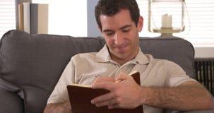 Человек писать вниз мысли в журнале Стоковые Изображения