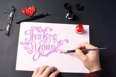 Человек писать спасибо примечание стоковые фотографии rf