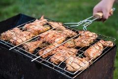 Человек поворачивает варить гриль с цыпленком Стоковое Изображение
