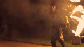 Человек поворачивает в его руки огненный шар Большая выставка огня движение медленное видеоматериал