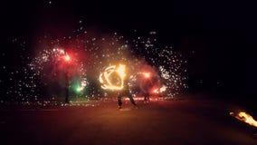 Человек поворачивает в его руки огненный шар Большая выставка огня акции видеоматериалы