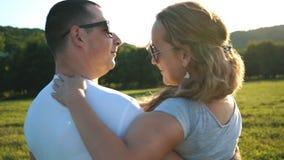 Человек поворачивает женщину на его руках сток-видео