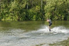 Человек поезда kitesurfing на имитаторе Стоковые Фото