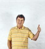 Человек показывает большие пальцы руки-вверх стоковая фотография rf