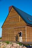 Человек показывать к дому eco Стоковые Фото