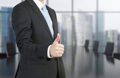 человек показывая большой пец руки вверх Стоковые Фото