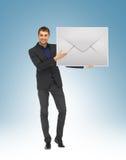 Человек показывая виртуальный конверт Стоковое Фото