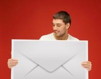 Человек показывая виртуальный конверт Стоковые Изображения