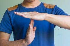 Человек показывая время вне подписывает с руками Стоковая Фотография RF