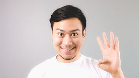 Человек показывая знаку руки четвертую вещь Стоковая Фотография