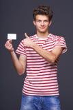 Человек показывая пустой знак карточки чистого листа бумаги Стоковое Изображение