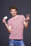 Человек показывая пустой знак карточки чистого листа бумаги Стоковая Фотография RF