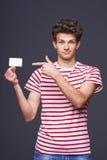 Человек показывая пустой знак карточки чистого листа бумаги Стоковые Изображения RF