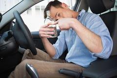 Человек показывая пустую бутылку водочки Стоковые Изображения RF